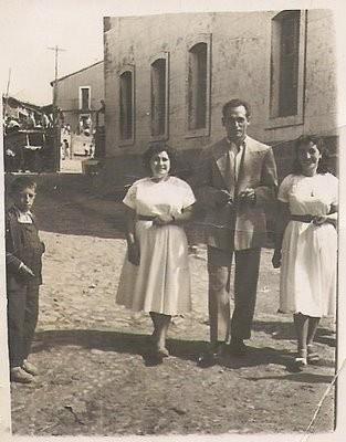 Sanjuanes del 56, yendo de la Plaza a las Cuatro Calles, foto de Pepita Galache, Pepita Galache, Nori Prieto y el primo Dionisio, que vino de Navas de Oro a enseñar a hacer la pez para la fábrica de resina que montó el abuelo Félix Gallego