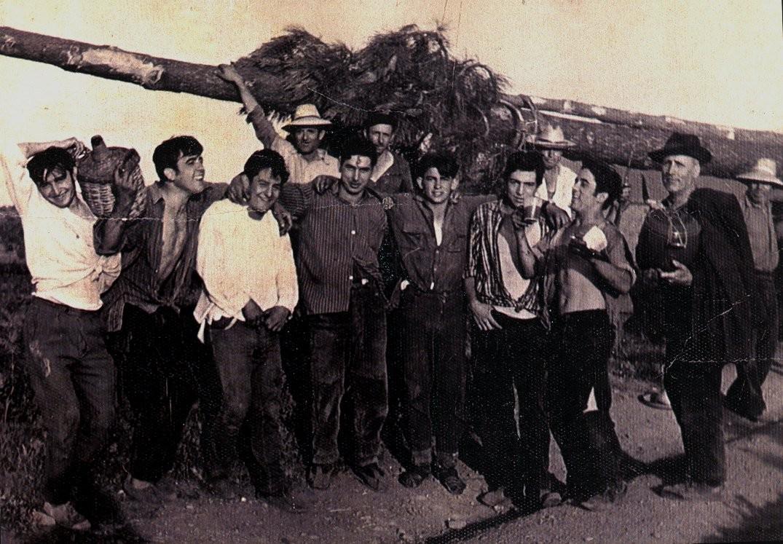 """Quintos de Robleda, José de """"tío Linos"""",Tito """"Parra"""", el cuarto Kiko de Pio """"renegao"""", Félix Pardal, Nino """"Curro"""", el del vaso es Luisín y el señor mayor con capa es""""Parra"""" padre de Tito, administrador http://fotografias-antiguas-robleda.blogspot.com.es"""
