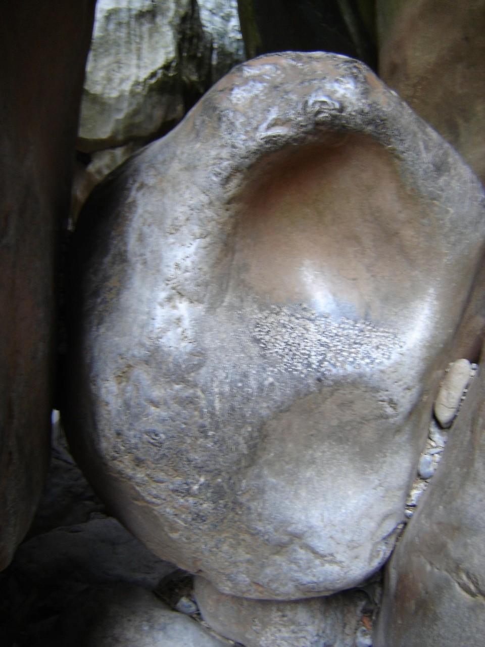 In Felsen eingeklemmt (Größe ca. 2,5 m)