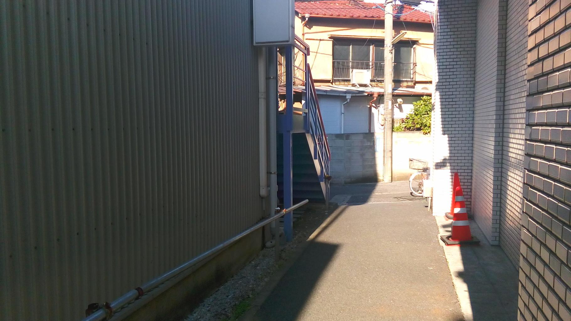 左手に青い階段が見えてくる