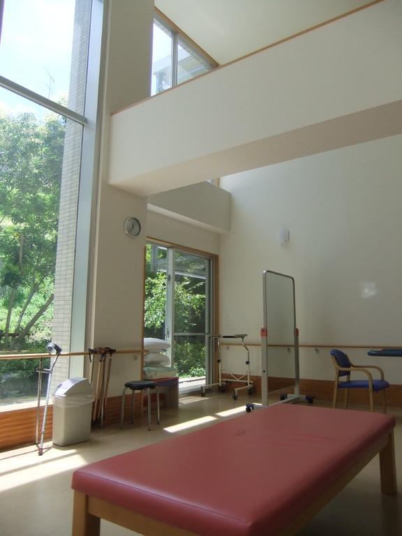 2階のリハビリ室です。 吹き抜けになっているため解放感があります。
