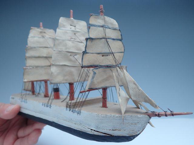 帆は布巾に模型用塗料を筆塗り。