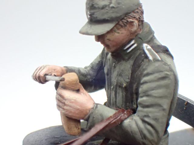 パンを切るドイツ軍兵士。