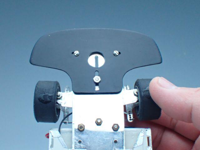 ラジコンならではのバンパー。現物を測りながらプラ板で手作りしました。