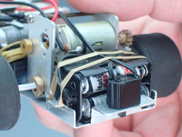 プラ棒で作った単3乾電池の1/2モデル。電池ボックスや留めゴムもプラ板で。