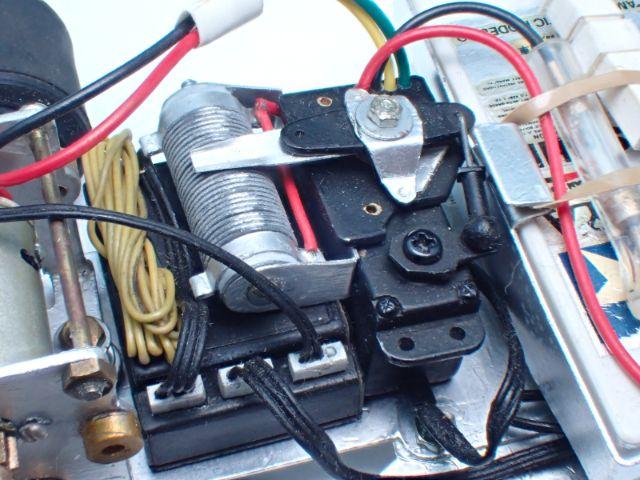 無段変速スイッチや受信機までプラ板でできています。