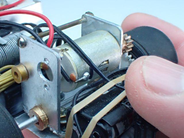 モーターは木片にアルミホイル+汚し塗装。コンデンサーやハンダ跡はエポパテです。