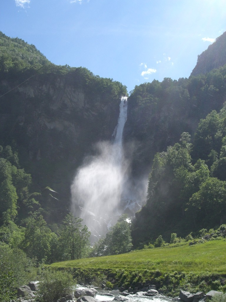 Der faszinierende Wasserfall in Foroglio im Val Bavona