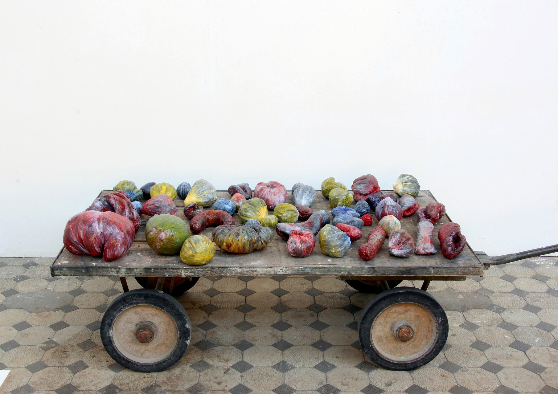 """meat + Früchtchen"", Beton/Kunstharz/Pigmente,  Masse variable, 2008"