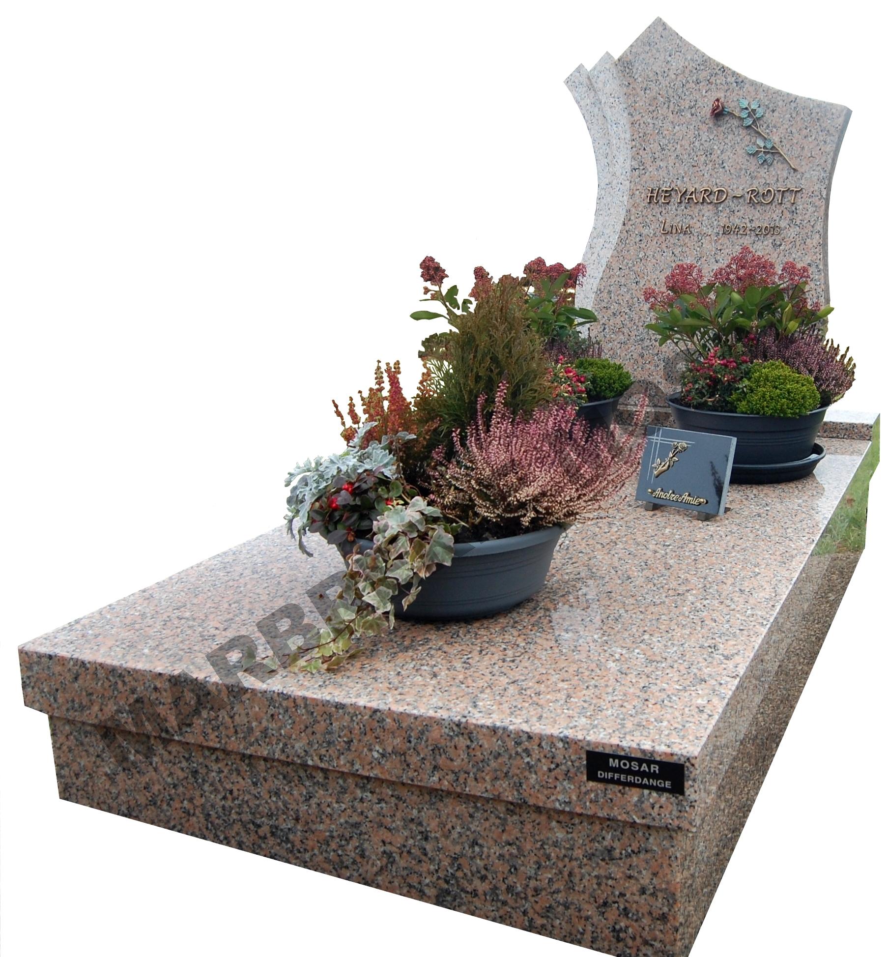 """Monument funéraire en granit """"Rose Porinho"""" avec stèle tulipe. Inscriptions et rose en bronze"""