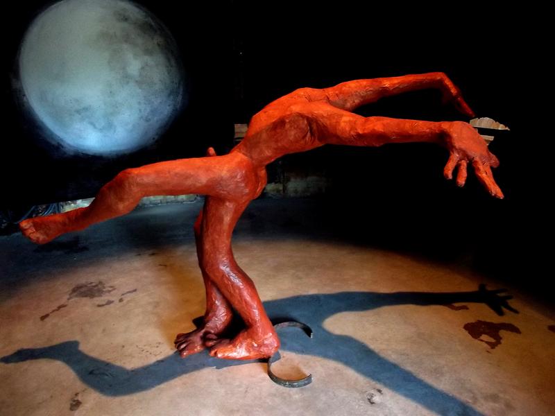 L'Ivresse du Conquérant- Sculpture en acier, grillage et papier, 2,20 x 2 x 2 m- Lune, pigment et acryl dur papier 2,65 x 2,65 m, 2013