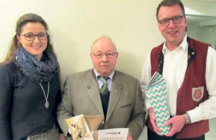 Treue Mitglieder beim Posaunenverein Deinsen: Vize-Vorsitzende Julia Beining mit Förderer Gerhard Harstick (60 Jahre) und Musiker Jörg Stichnoth (30 Jahre). ◘ Foto: Schirdewahn