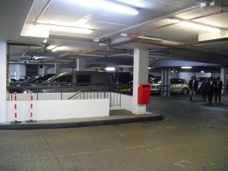 ウエストミンスター寺院近くの駐車場内部