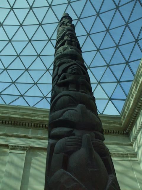 昔の中庭に巨大な天井を作りスペースを拡大したミュジアム内部3