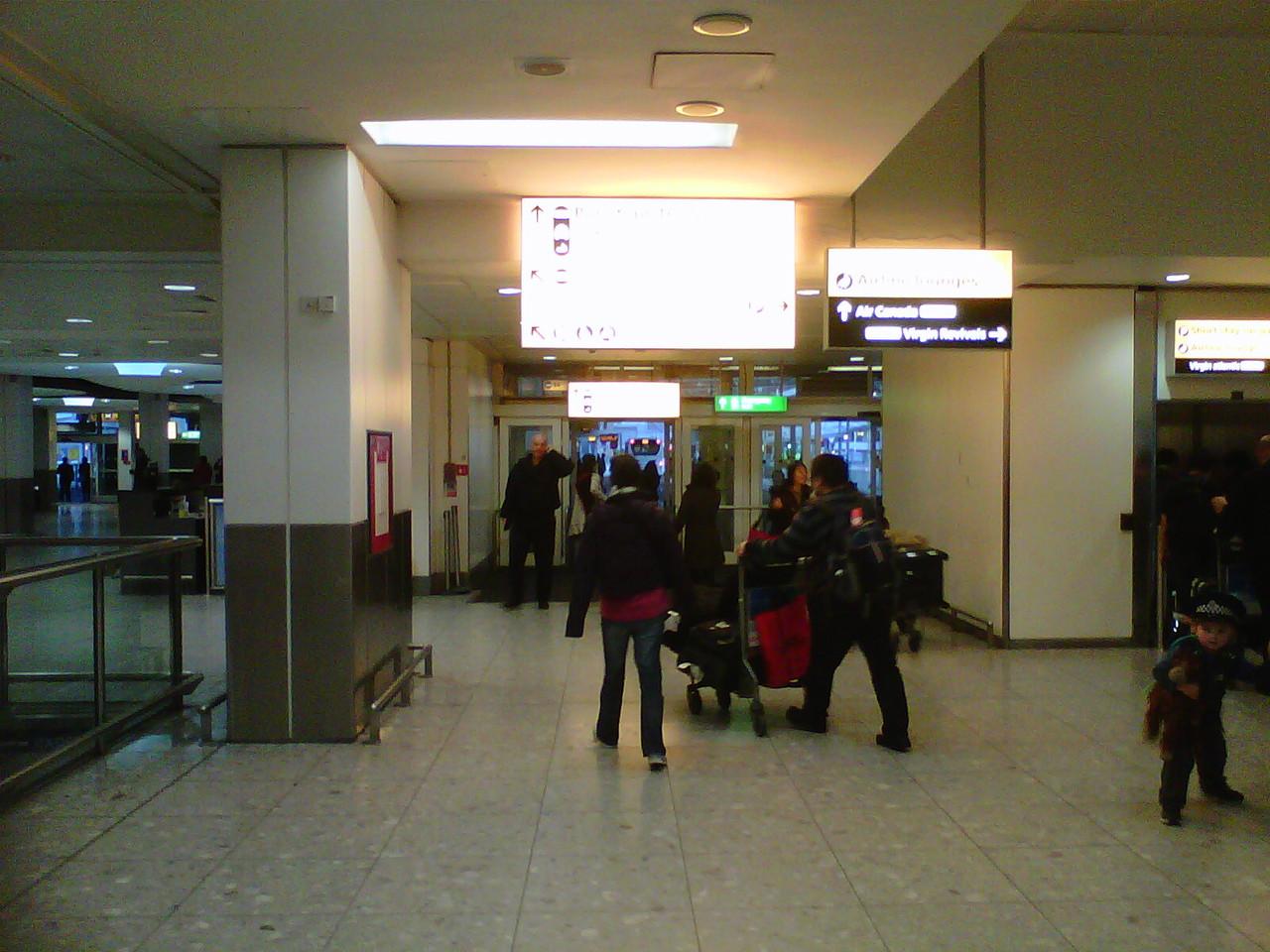 ターミナル3の出口ゲートからタクシー、観光バス乗り場へ