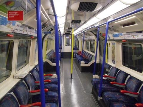 ロンドン地下鉄車両内部