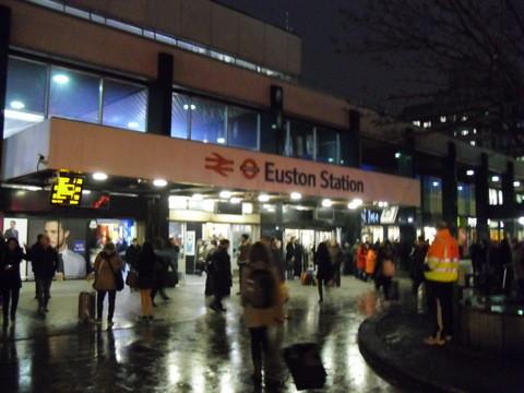 駅の前です。