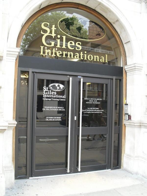 ロンドンのメイン校の入り口