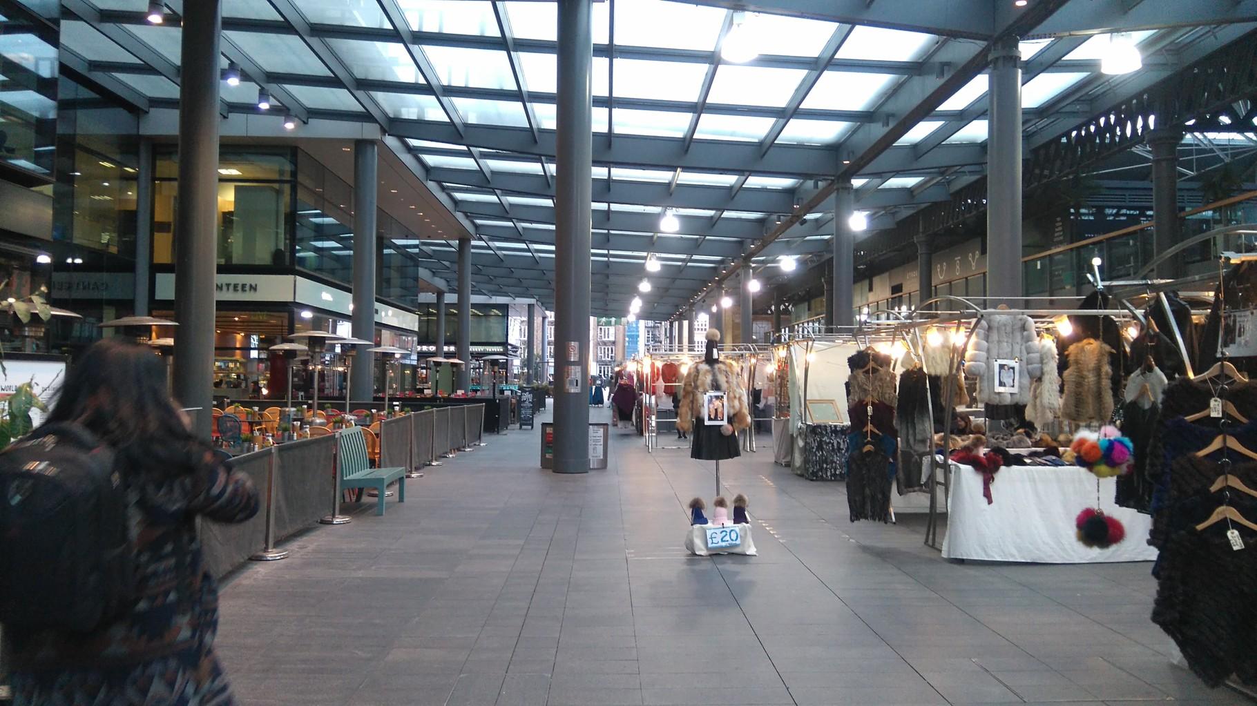 オールド・スピタルフィールド・マーケット、沢山のストールが並ぶ。