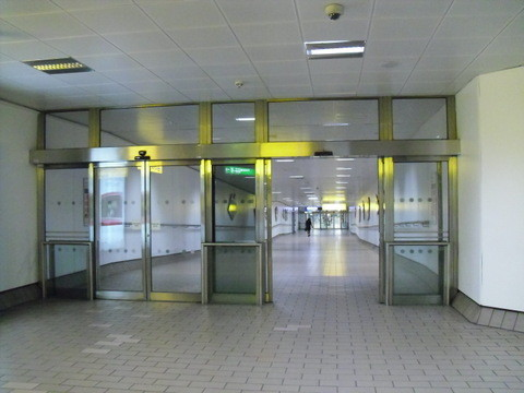 ターミナル4から地下鉄への道