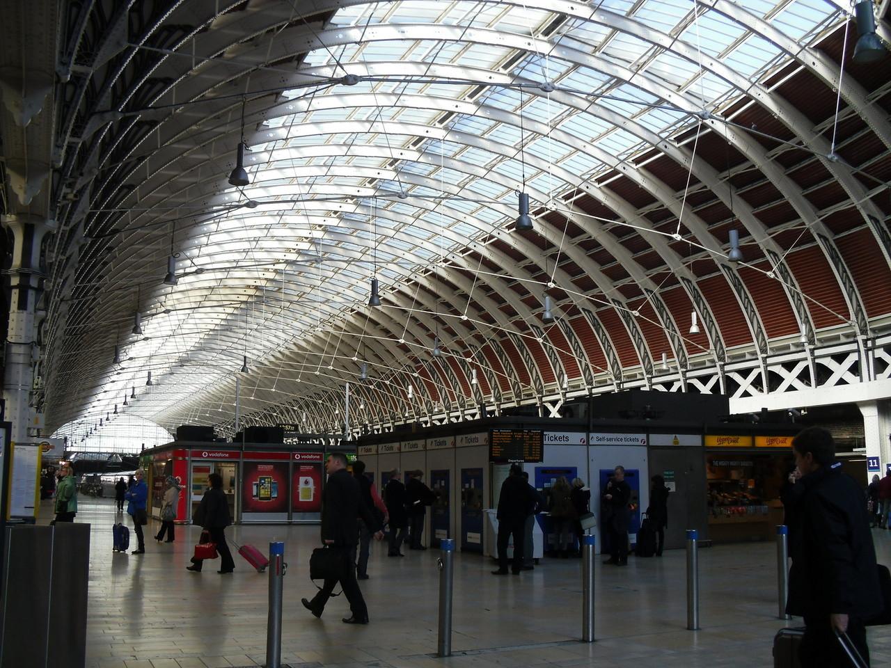 パディントン駅の内部です。古い駅はこの天井が多いです。