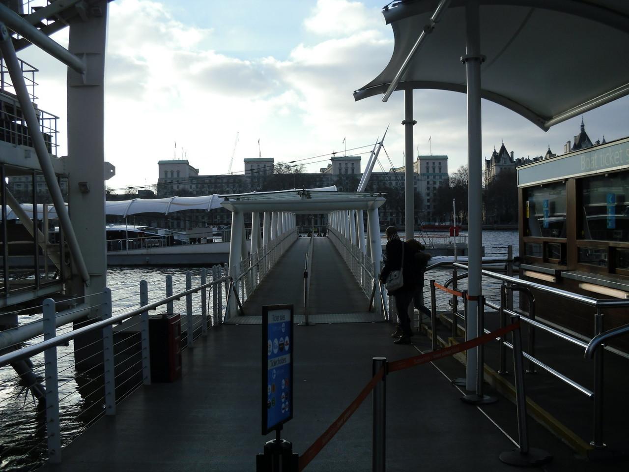 ロンドン・アイ前のテムズ川周遊ボートのりば2