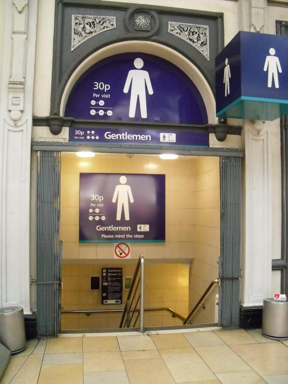 ロンドンの駅のトイレは有料£0.3~0.5です。