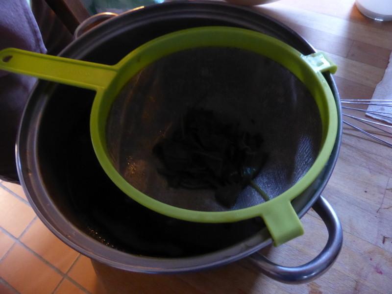 Passage au tamis pour extraire le jus des feuilles de pastel