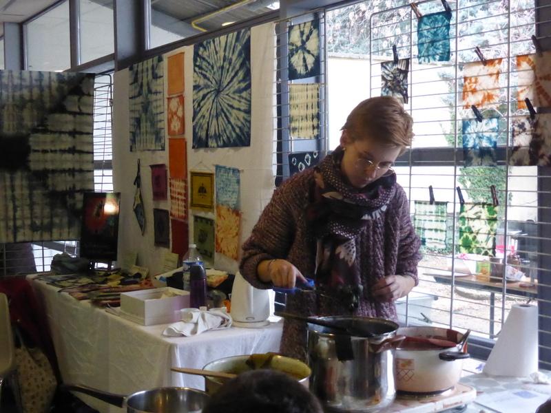 L'animatrice Nadia Bourgeat contrôle les bains de teintures végétales