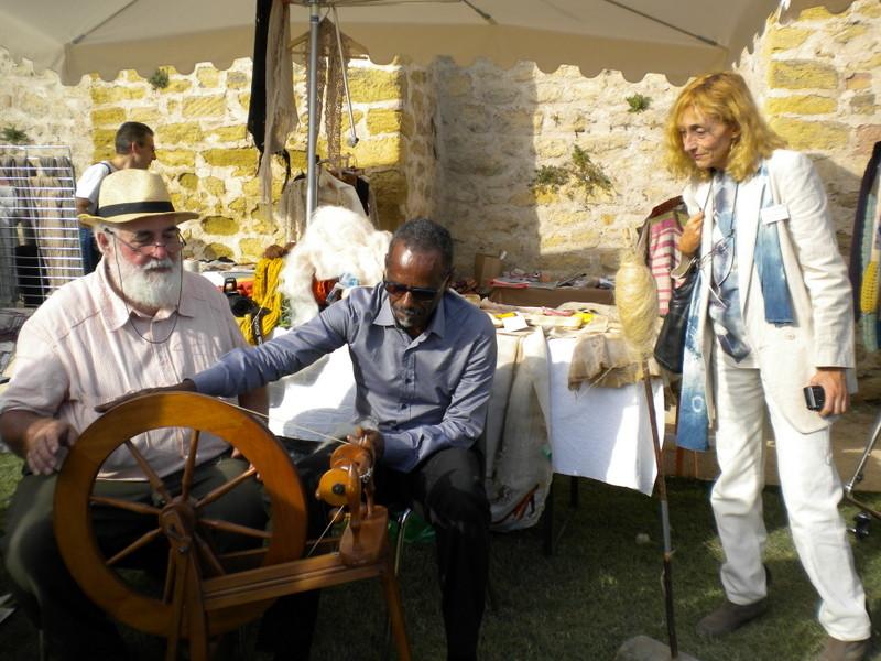 Apprentissage du filage par le Dr Henry Joseph sur le stand de l'italien Gigi Mosca