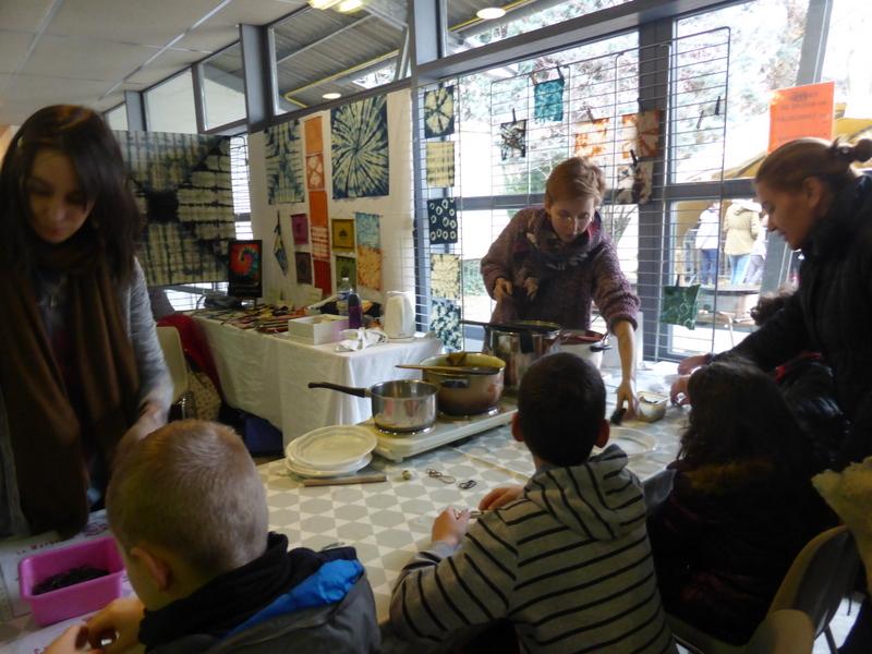 On se bouscule pour participer à l'atelier shibori