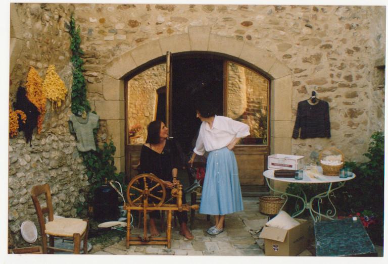 Echange entre Andrée Edel à son rouet et Franckie Marcon créatrice textile