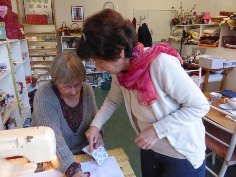 Réalisation d'objets avec les tissus teints en atelier avec les enfants