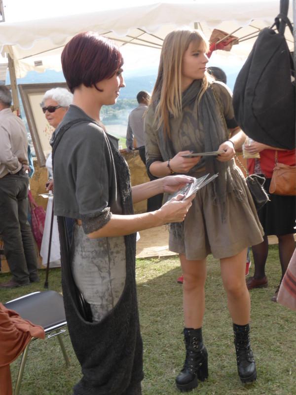 Petit défilé sur le marché de la 1ère collection de la jeune stylisteFanny Lemirre