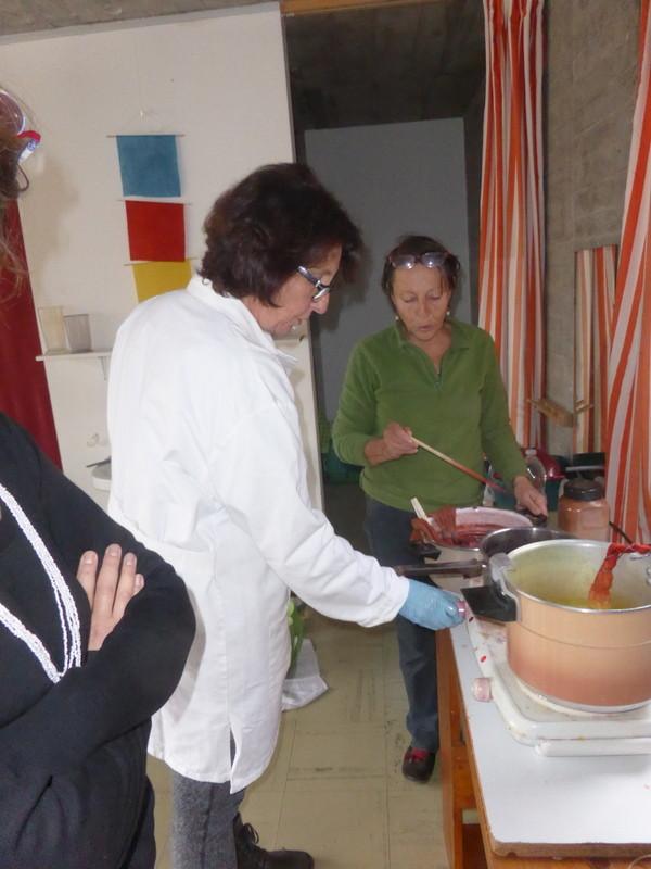 Atelier de bains de teintures de différentes couleurs