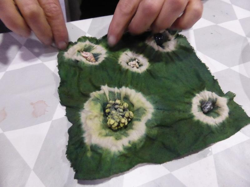 Différents coquillages ont été ligaturés dans la soie avant teinture