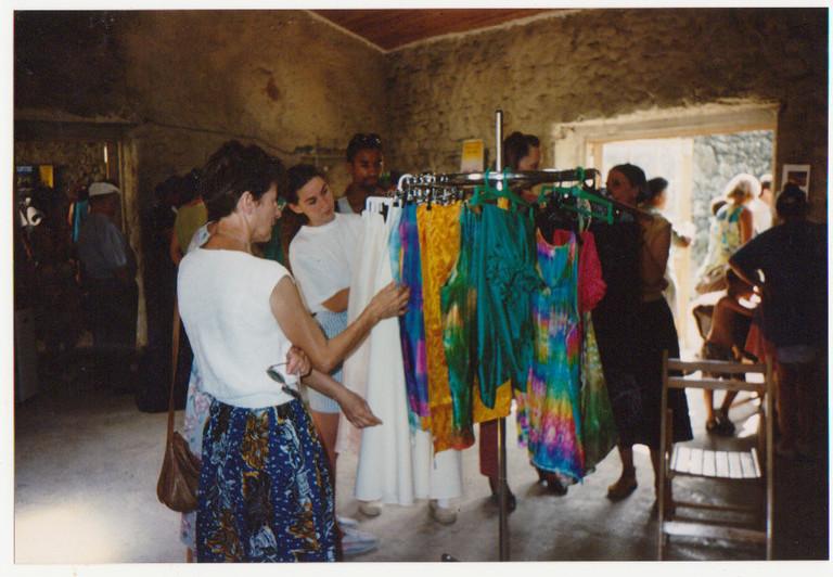 Exposition des modèles en soie créés par Franckie Marcon