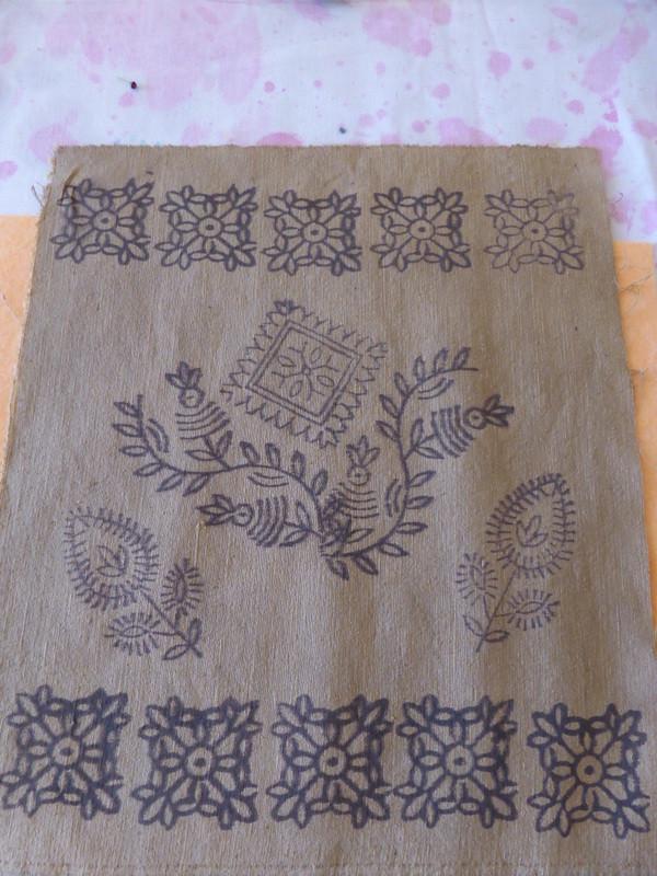 Les motifs ressortent en brun ou en noir après passage dans le bain de tanin