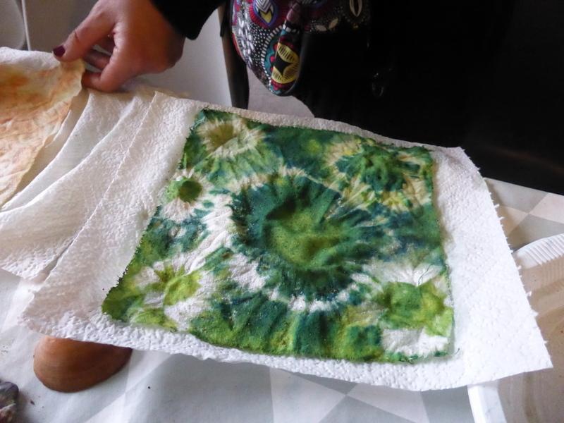 Vert printanier de l'indigo superposé à la gaude