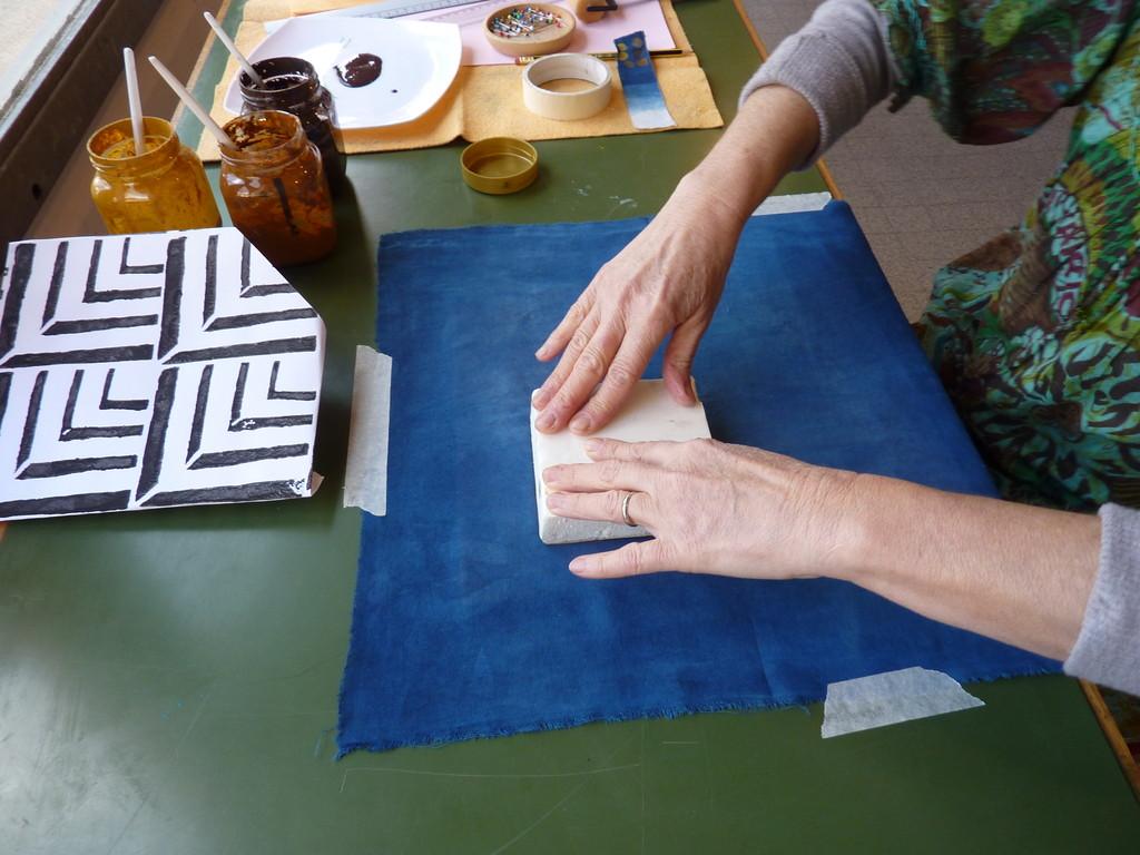 Impression au tampon sur un métrage teint à l'indigo