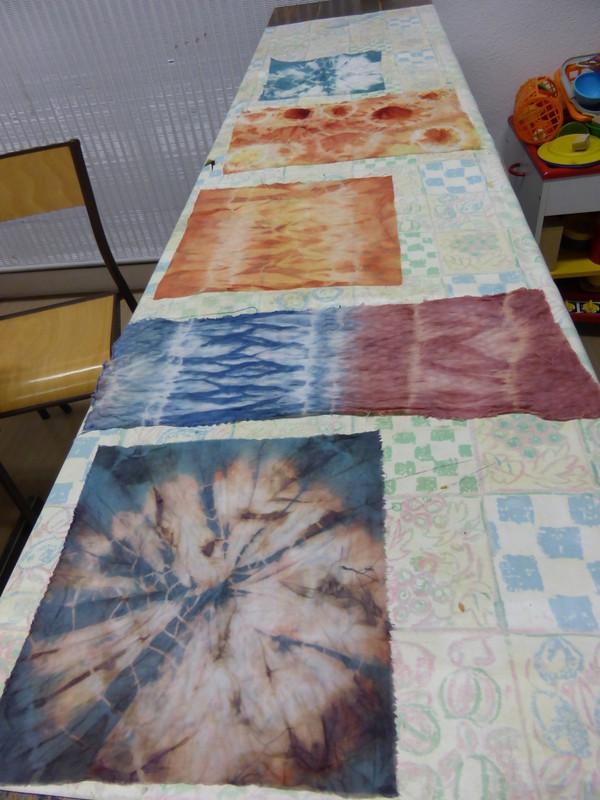Tissus réalisés en shibori teints en couleurs végétales pour le marché de Noël à la Fondation