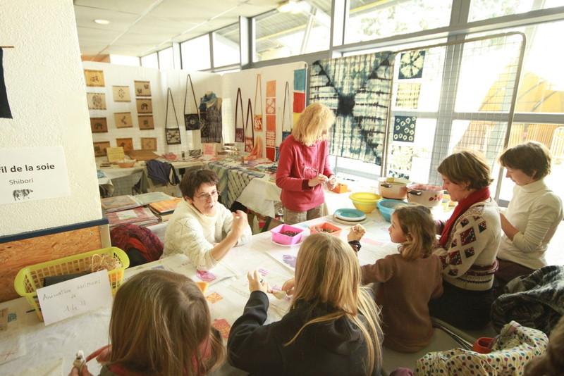 Franckie Micholin et Michèle Sinic pendant l'atelier Shibori