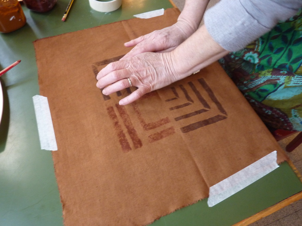 Impression au tampon sur un métrage teint au cachou