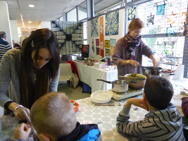 L'atelier shibori rencontre toujours autant de succès auprès du public