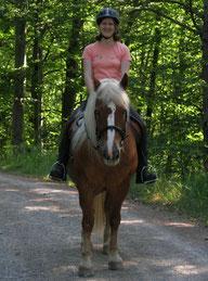 Susanne Kürner reitet auf ihrem Pflegepferd, einer Schwarzwälder Stute