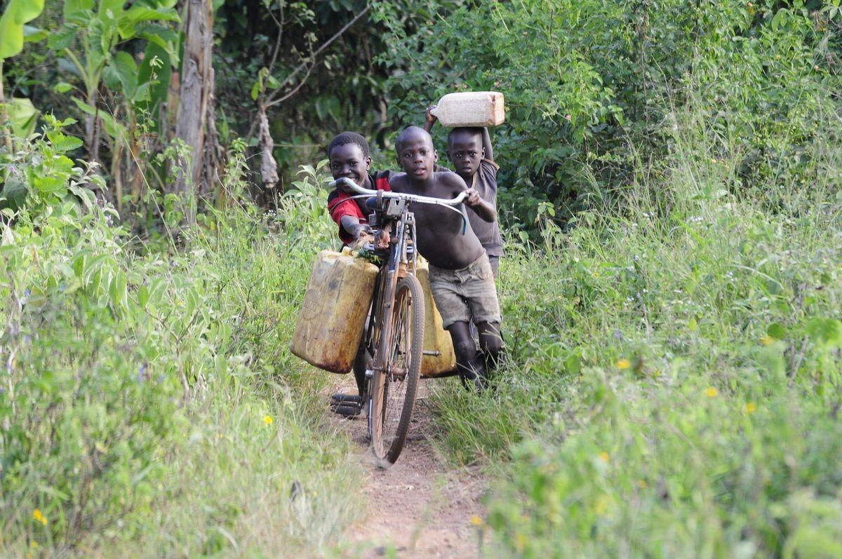 Kinder holen das Wasser für die Familie