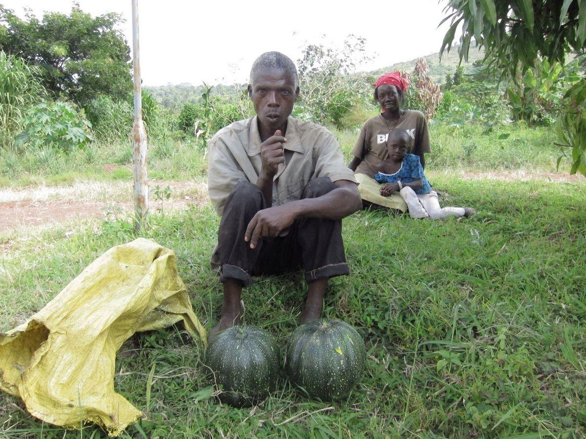 Dorfbewohner beim College bieten Früchte an