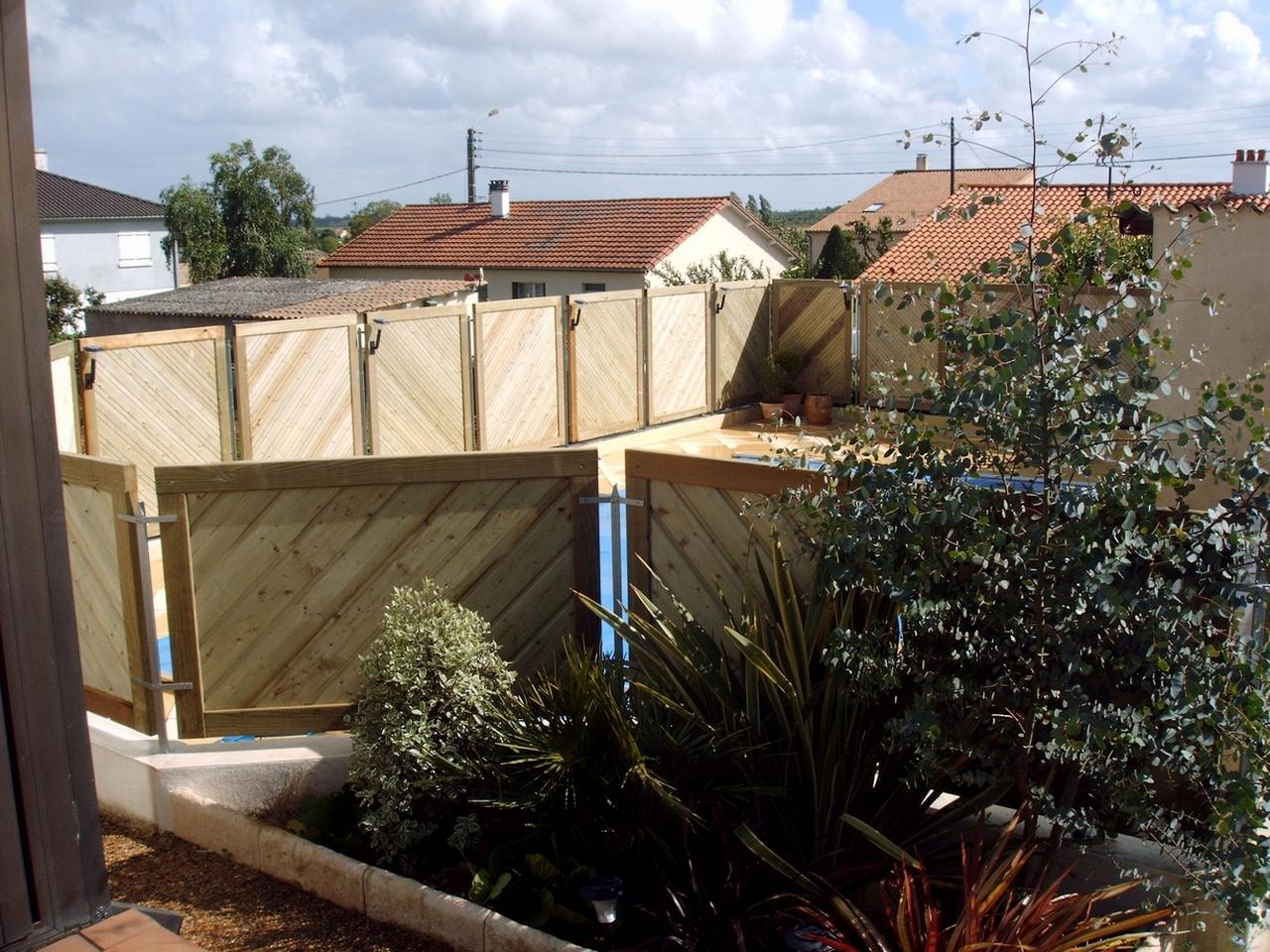 Panneaux d'entourage de piscine en bois