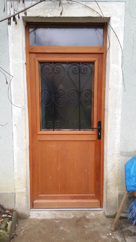 porte d'entrée avec grille