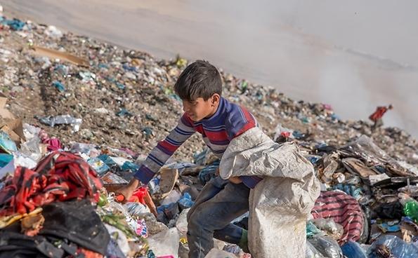 Jasim Mohammad, 8, arbeitet gemeinsam von früh bis spät mit seinem Vater auf einer Müllhalde im Irak.  © UNICEF Irak/2016/Anmar Rfaat